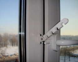 Установка ограничителя на пластиковые окна