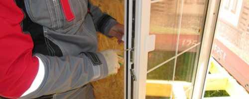 Как открыть балконную пластиковую дверь снаружи?