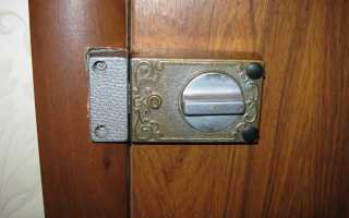 Как поставить накладной замок на деревянную дверь?
